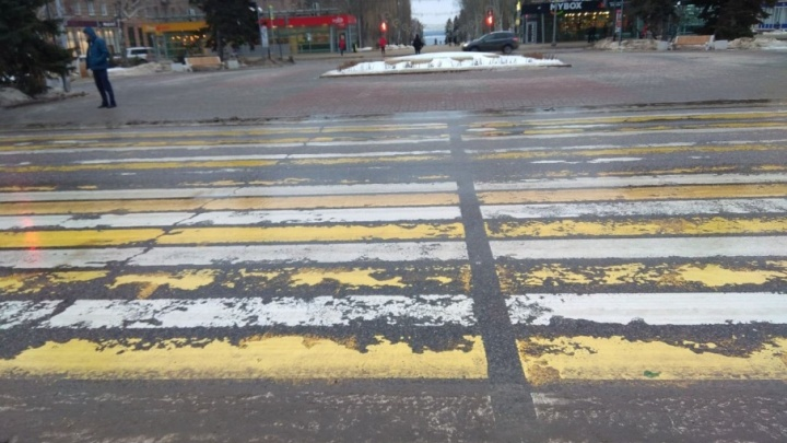 В центре Волгограда с наступлением весны началась линька пешеходных «зебр»