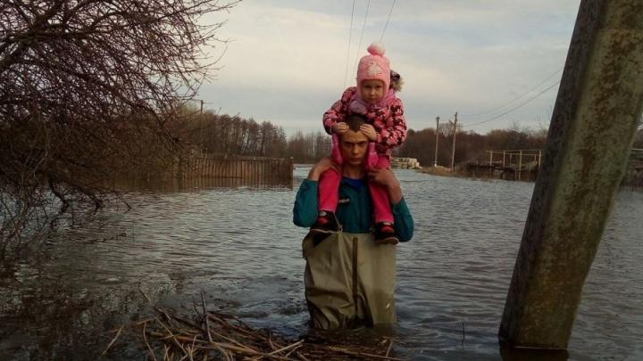 Большая вода до сих пор гуляет по двум районам Волгоградской области