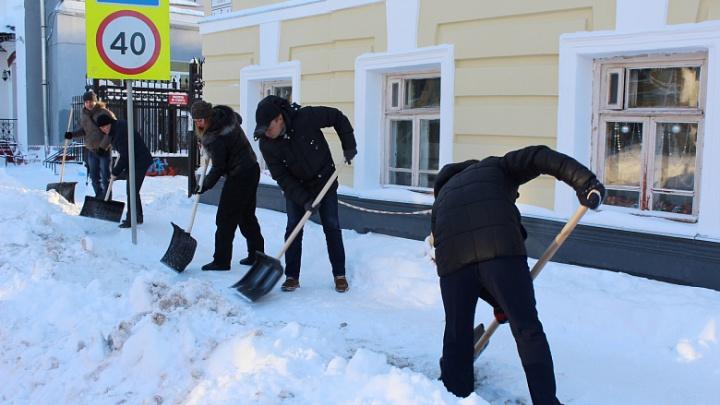 Чиновники с лопатами расчищали дороги Ярославля