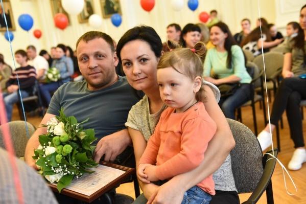 Молодые семьи получили сертификаты на улучшение жилья