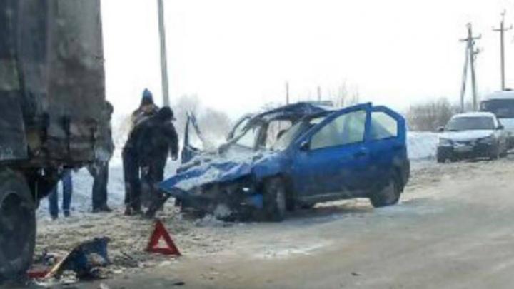 «Рено» влетел в фуру на коварной обочине: в больницу попала женщина-водитель