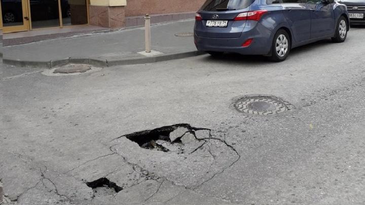 В центре Волгограда рядом с «Интуристом» провалился асфальт