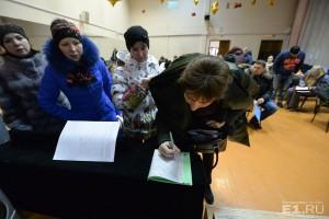 Из-за нестабильной работы портала госуслуг люди отправились с документами в школы.
