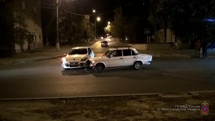 В Волгограде на перекрестке столкнулись Renault  и «шестерка»: пострадал младенец