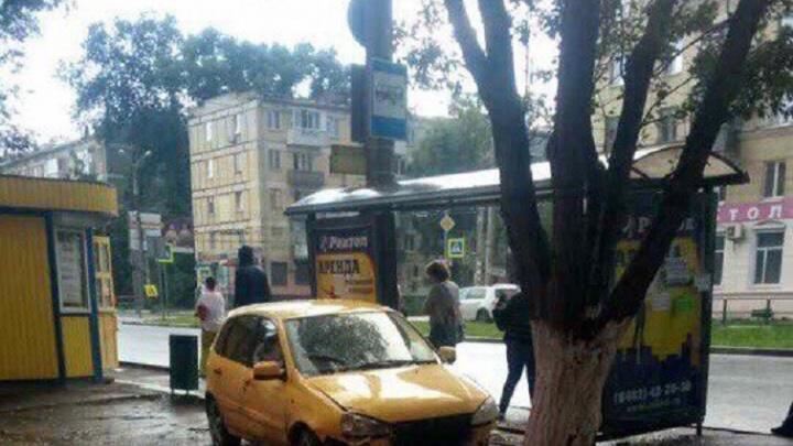 В Самаре водитель «Лады-Калины» снес остановку и сбил женщину