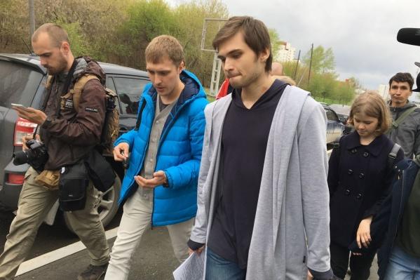 Руслан Соколовский вышел из суда с большой сумкой, которую готовил себе в колонию.