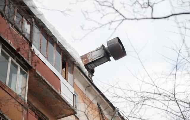 В центре Перми труба жилого дома грозит рухнуть на головы прохожих