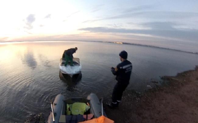 Спасатели пришли на помощь челябинцам, застрявшим на пять часов в лодке на озере