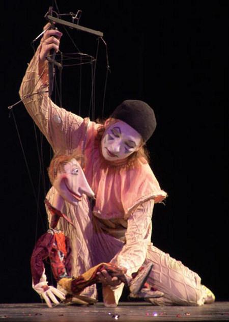 """Сцена из спектакля """"Театр Пьеро и Коломбины"""" петербургского Театра марионеток им. Е.Деммени"""