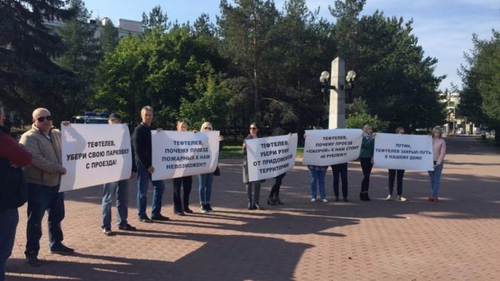 Элитная высотка в Челябинске лишилась подъезда к дому из-за платной парковки