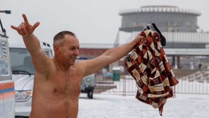 В Волгограде обожающие ледяную воду камикадзе нырнули в крещенскую купель