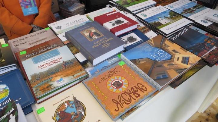 На Красной площади в Москве раскупили книги ярославских авторов: о чем написали