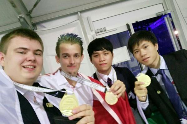 Константин Ларин (первый слева) стал лучшим в мире по веб-разработке
