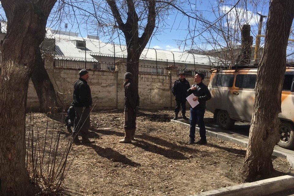 Рабочие зашли на площадку, чтобы возвести там трансформаторную подстанцию