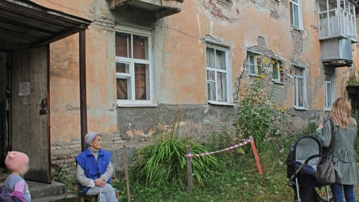 «Трещины резко увеличились»: в Кунгуре расселили аварийный дом, жильцы которого отказывались съезжать