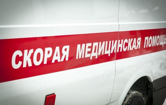 Под Волгоградом лихач на кроссовере врезался в столб: двое в больнице