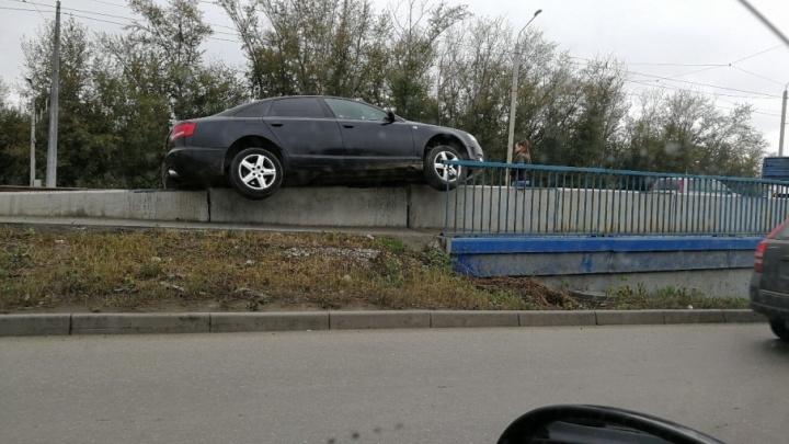 Audi А8 повисла на челябинском мосту
