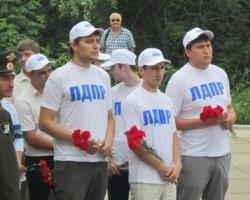 Активисты ЛДПР возложили цветы к памятнику «Скорбящая»