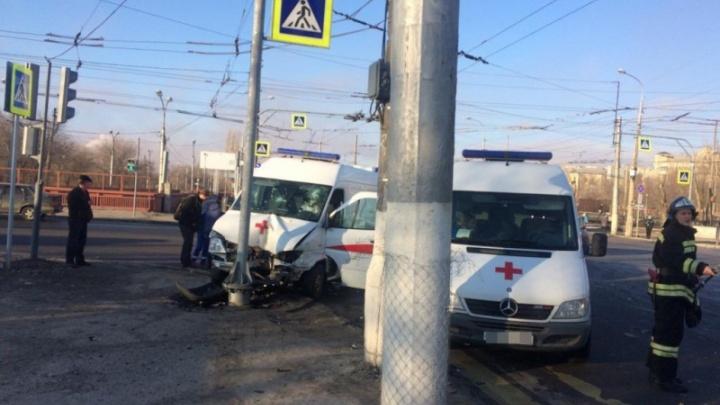 Спешившая на вызов скорая утром в Волгограде врезалась в «Ладу»
