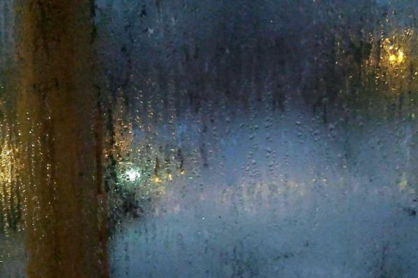 Вот так сегодня утром выглядели окна квартир в залитом кипятком доме