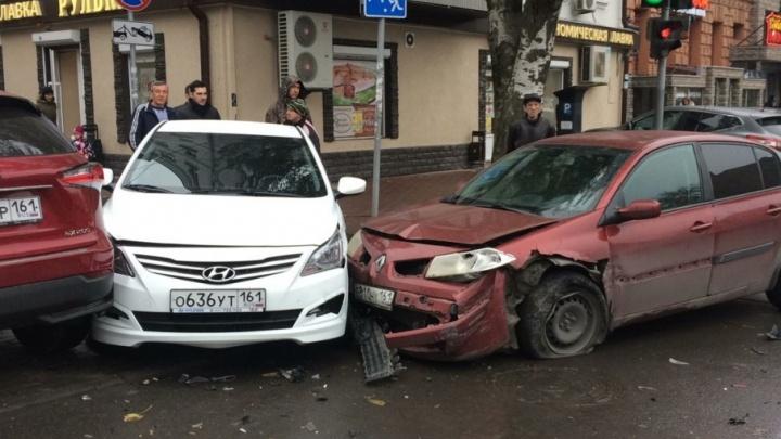 В центре Ростова столкнулись четыре автомобиля