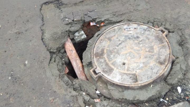 В Дзержинском районе Волгограда обрушился люк