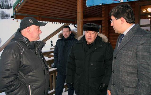 Езда с комфортом: для экс-губернатора Ростовской области Владимира Чуба арендуют машину за 1,4 млн рублей