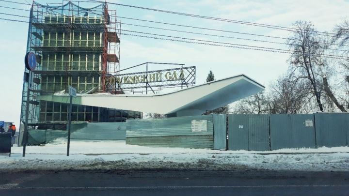 На входных группах Струковского сада установят ворота