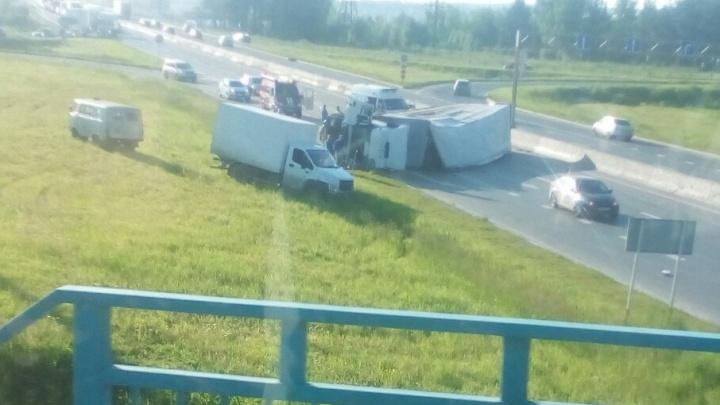 На трассе Пермь–Краснокамск перевернулась фура: на месте аварии образовалась пробка