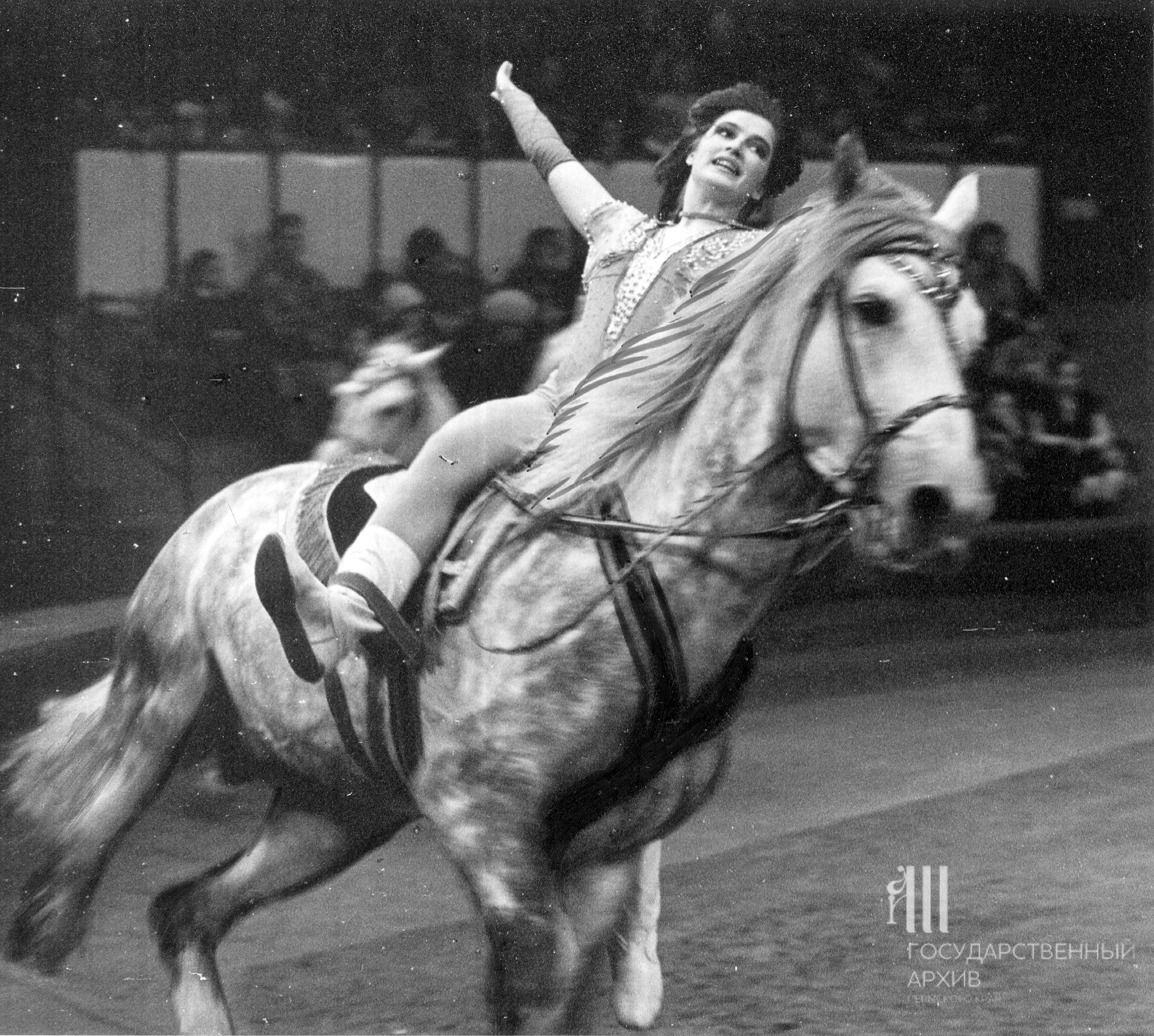 Артистка цирка Королева в конном номере «Свидание», 1992 год