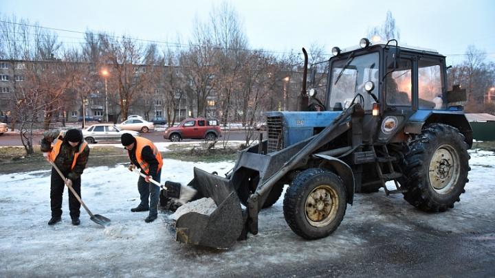 Чистить город от снега начали в три смены: что мешает уборке