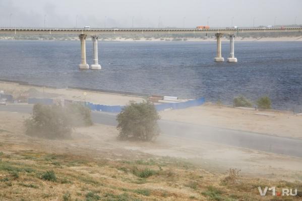 Ветер сдует до пяти сантиметров почвы Волгограда