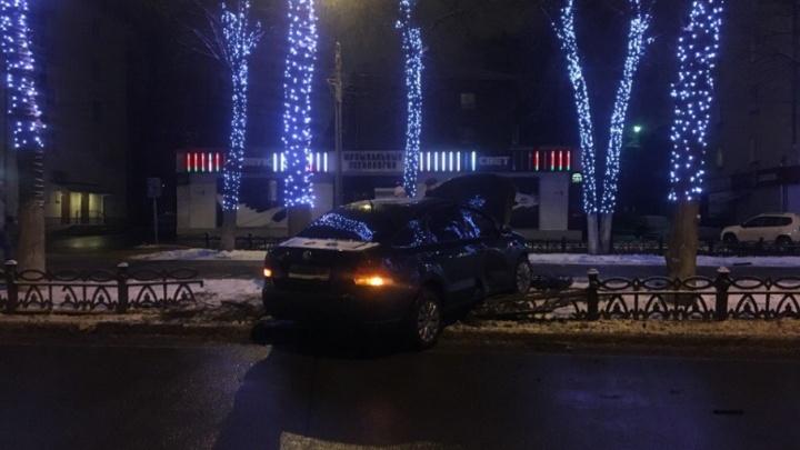 Москвичка на «Фольксвагене» снесла чугунный забор на проспекте Ленина