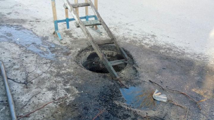 В центре Ростова второй за две недели грузовик провалился колесом в открытый люк