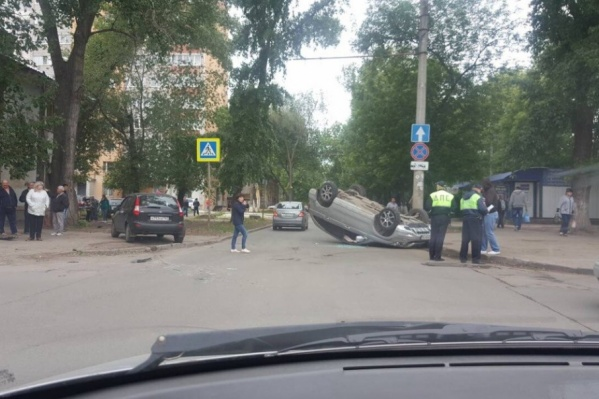 Сотрудники ГИБДД устанавливают обстоятельства аварии
