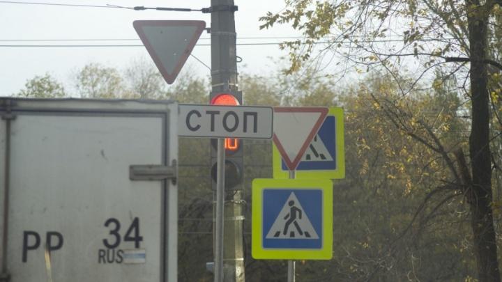 Водители Волгограда перестали видеть светофоры из-за новых дорожных знаков