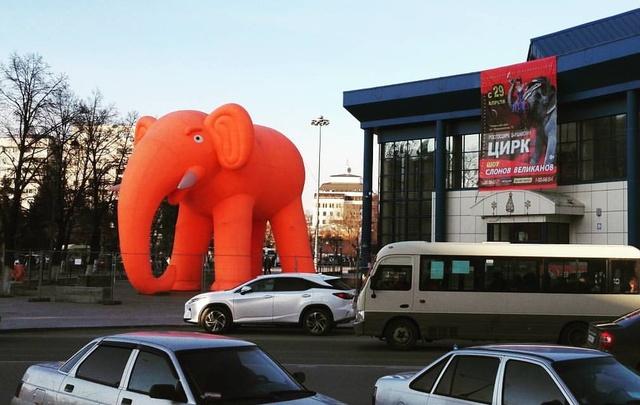 У тюменского цирка появился большой оранжевый слон