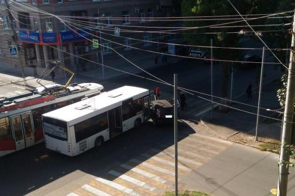 Участники ДТП едва не задели проезжавший трамвай