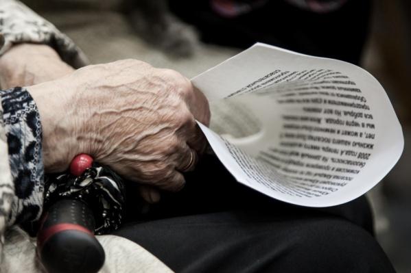 Спасатели передали пожилую женщину участковому