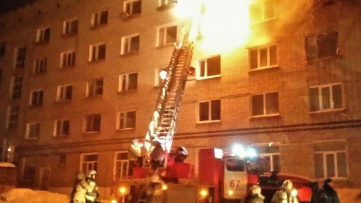 Подробности страшного пожара в Чусовом: пострадавших увезли в Пермь, погорельцев поселили в гостинице