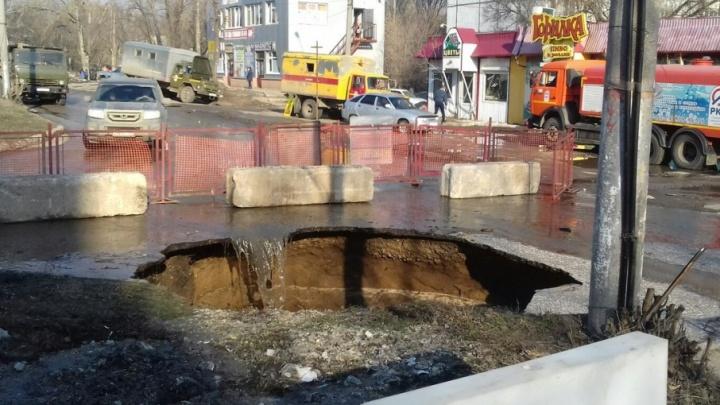 С тротуара — в «пропасть»: на Мехзаводе провалился асфальт