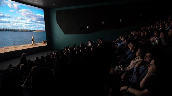 В Самаре будут смотреть кино в креслах-роботах: они подадут подставку для ног и отрегулируют спинку