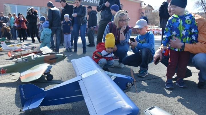 Ветер крушил самолёты: в Челябинске поднялись в небо штурмовики и истребители