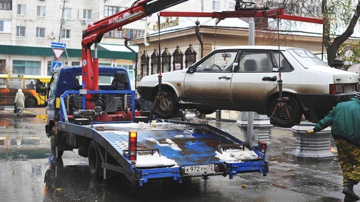 Машины в центре Тюмени, мешающие проведению парада, увезут на эвакуаторе на свободные парковки