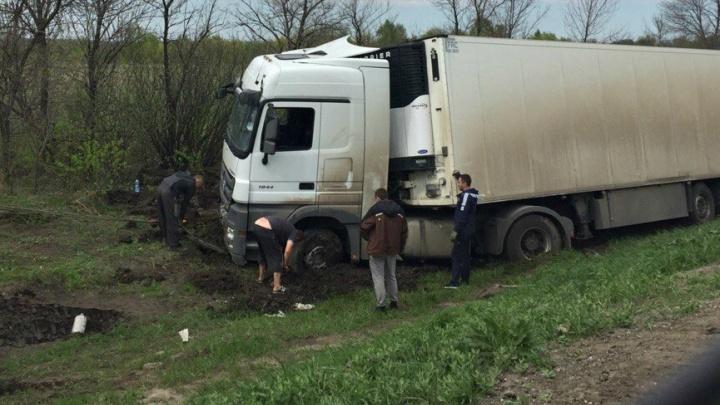 В Самарской области между селами Валы и Переволоки съехала в кювет фура