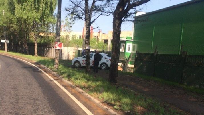 В Ярославле такси «Тройка» снесло бетонный забор