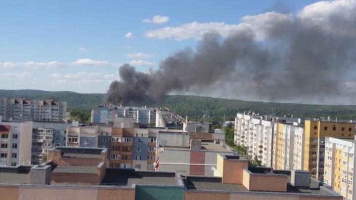 В Самаре на Управленческом 27 пожарных тушили здание двухэтажного барака