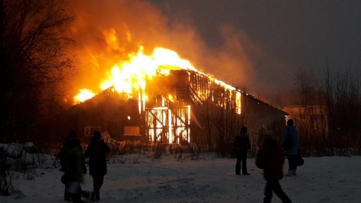 В Архангельске возле школы №36 загорелся деревянный склад