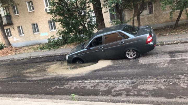 В центре Ростова машина провалилась в яму