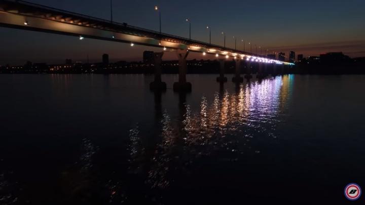 В Волгограде сняли на видео ночную подсветку моста через Волгу